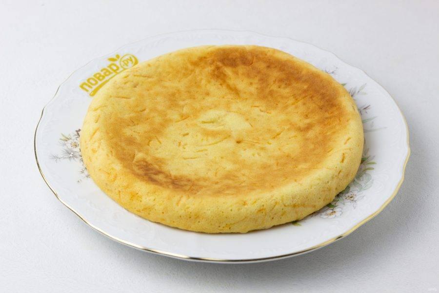 Наш морковный бисквит готов! Если тортик не планируется, то остудите, посыпьте сахарной пудрой и подавайте к столу!