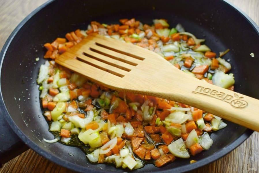 Овощи нарежьте мелкими кубиками, пассеруйте на разогретом масле до мягкости, периодически помешивая. Посолите и поперчите по вкусу.