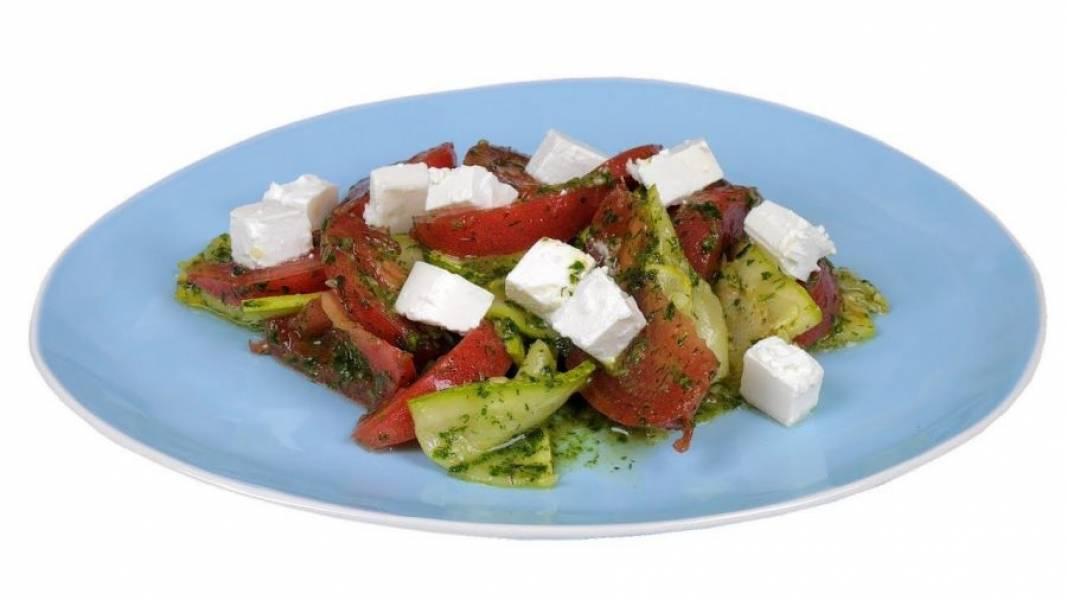 4. Заправьте нарезанные овощи и аккуратно перемешайте. Выложите порцию салата на тарелку, полейте выделившимся соком и разложите сверху кусочки феты. Приятного аппетита!