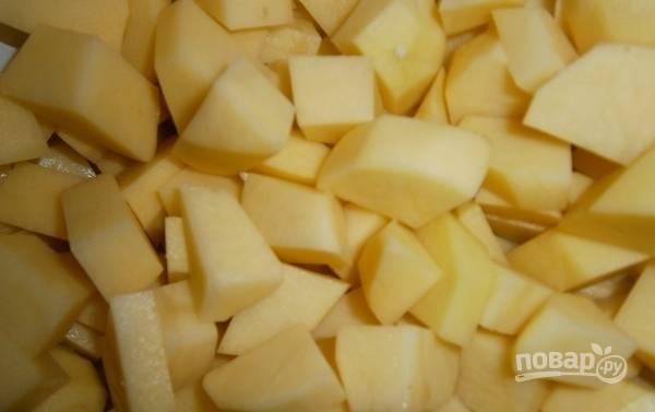 Картофель почистите, промойте и нарежьте таким же способом, как и мясо.
