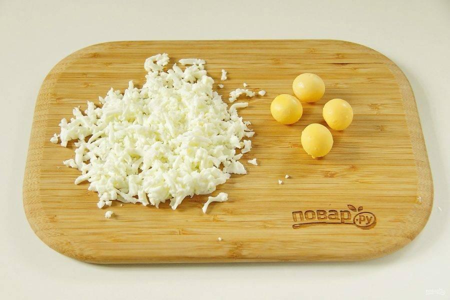 4. Яйца очистите, отделите белок от желтка и натрите на крупной терке.