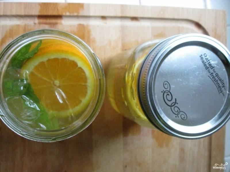 Когда чай слегка остынет, налейте его в банку со льдом и мятой. Вы можете его сразу подать, а можете поставить в холодильник на время.
