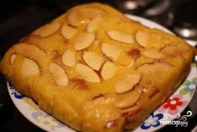 Оставшуюся половину яблока нарезаем такими же кусочками и вмешиваем их в тесто. Затем тестом заливаем яблоки и отправляем пирог запекаться в предварительно разогретую до 180 градусов духовку на 45-60 минут (зависит от духовки). Затем пирог достаем, остужаем и перекладываем на тарелку.
