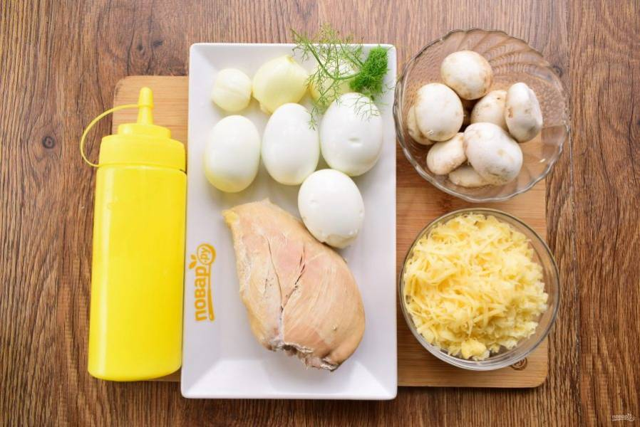 Подготовьте необходимые продукты. Лук и грибы помойте. Лук и яйца очистите. Сыр натрите на мелкой терке.