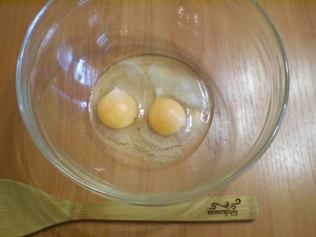 Начнем с лапши. Подготовьте глубокую миску, вбейте туда два сырых яйца, добавьте соль.