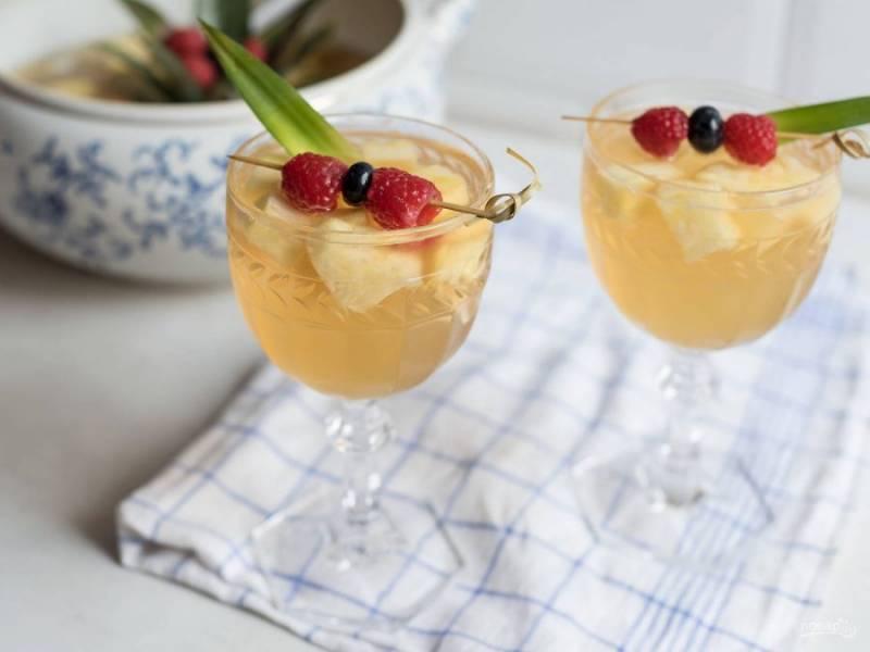 В конце влейте шампанское. Пунш готов! Подавайте его с ягодами и листьями ананаса. Приятной дегустации!