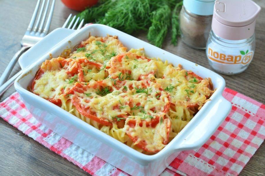 Запеканку из макарон с помидорами и сыром  сразу подавайте к столу. Приятного аппетита!