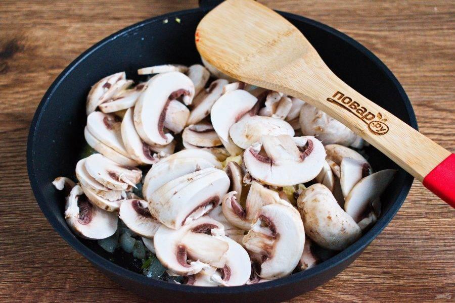 Добавьте сушенный чеснок, грибы, нарезанные тонкими ломтиками, посолите, поперчите по вкусу.  Готовьте в течение 5 минут.