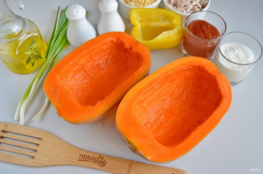 Разрежьте тыкву на две равные половинки. Удалите внутренности, ложкой поскребите, чтобы удалить волокнистый край. Смажьте сердцевину и бока тыквы оливковым маслом. Отправьте в духовку на 30-35 минут запекаться до готовности, температура — 200 градусов.