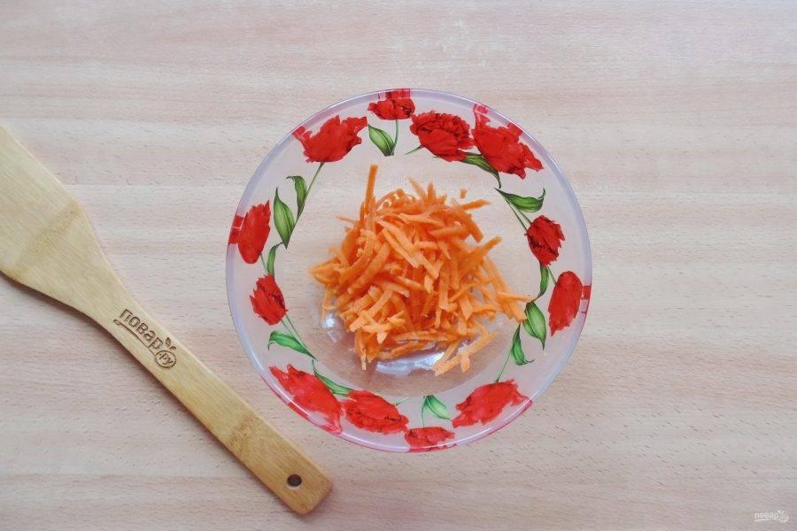 Морковь очистите, помойте и натрите на терке с крупными отверстиями.