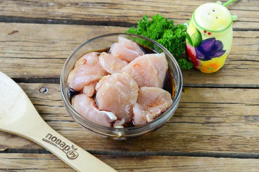 Переложите кусочки курицы в небольшую миску, добавьте соевый соус, лимонный сок и соль по вкусу. Перемешайте и оставьте на 20-30 минут.