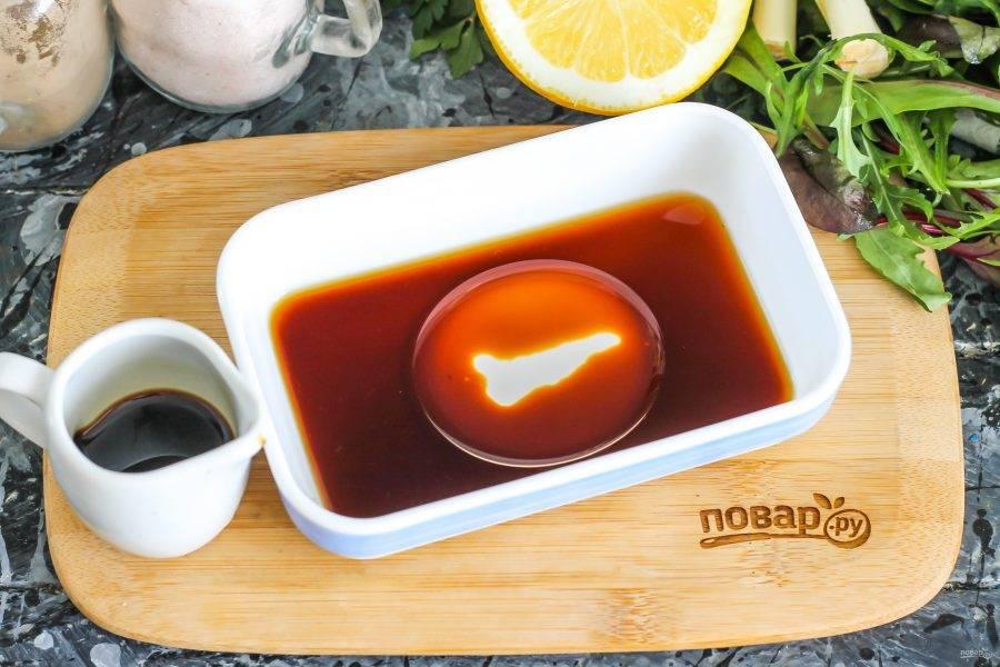 В небольшой глубокой емкости соедините соевый соус, сок лайма и лимона, оливковое масло. Масло можно заменить подсолнечным, но без запаха. На этом этапе можно добавить мед и острый красный перец, если вы любите такие добавки.