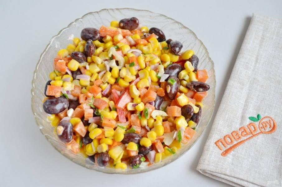 5. Постный салат с фасолью и кукурузой готов. Сразу подавайте.