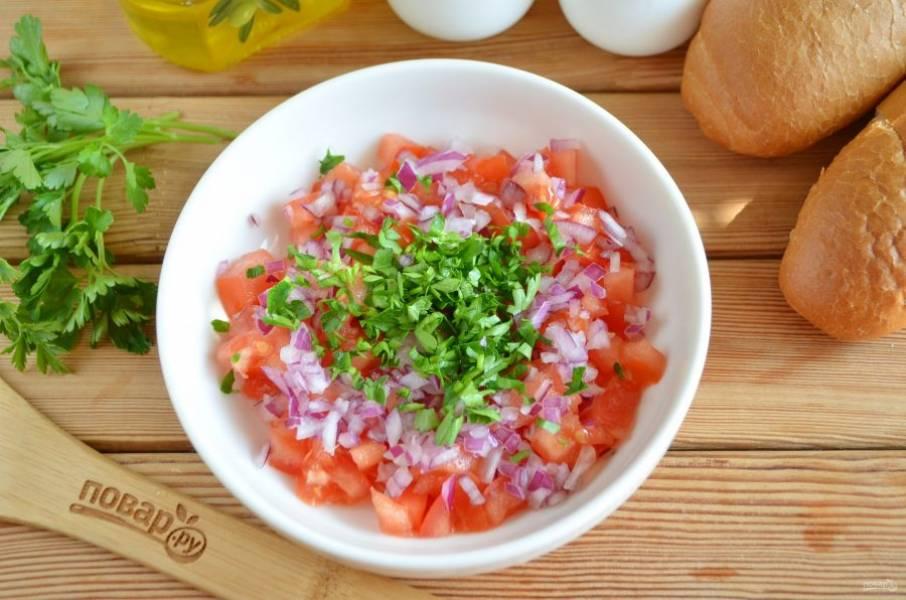 Пока готовятся мясные шарики, приготовьте сальсу. Для этого порежьте кубиками помидор, фиолетовый лук, измельчите петрушку. Перемешайте овощи и заправьте уксусом и щепоткой сахара.