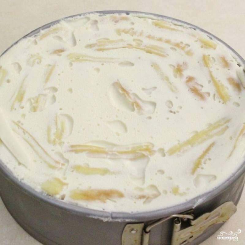 12. Охлажденный торт надо извлечь из формы. Ножом пройдитесь по краям формы.