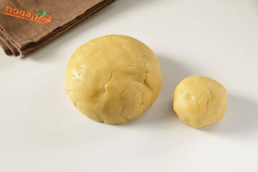 Замесите мягкое тесто. Отщипните от него примерно 1/5 часть и уберите ее в морозилку. Большую часть на это время можно завернуть в пищевую пленку и убрать в холодильник.