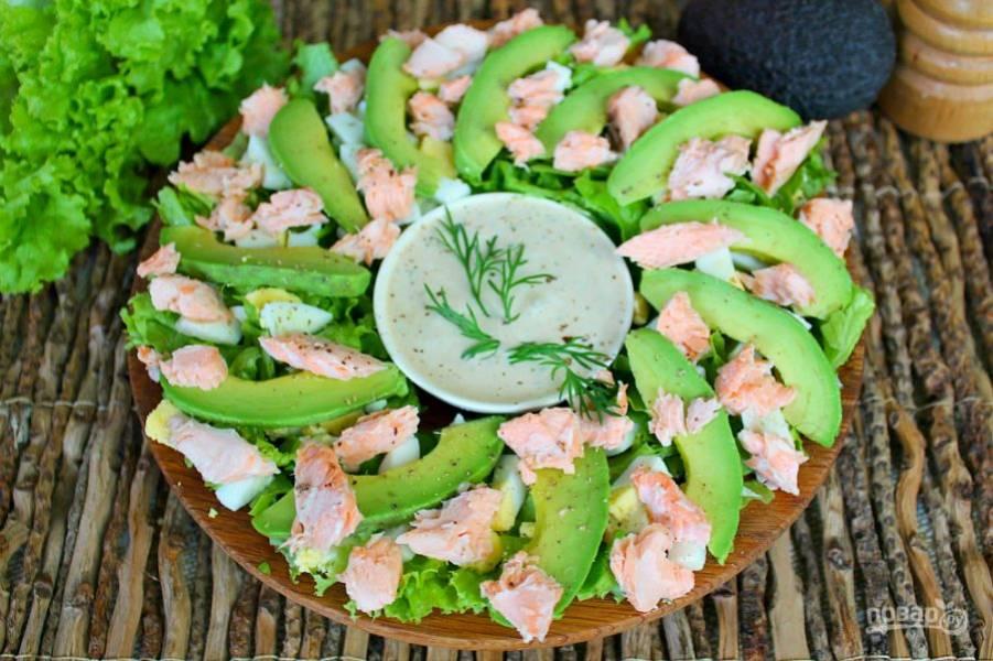 Добавляем кусочки рыбы и посыпаем салат перцем.