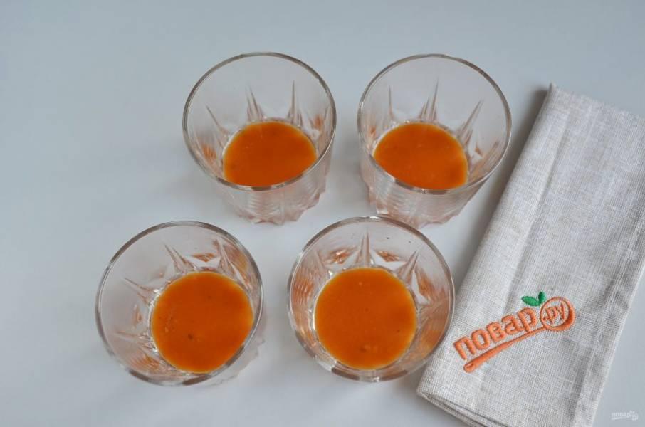 Стаканы хорошо смажьте растительным или сливочным маслом. Влейте по столовой ложке томатного соуса.