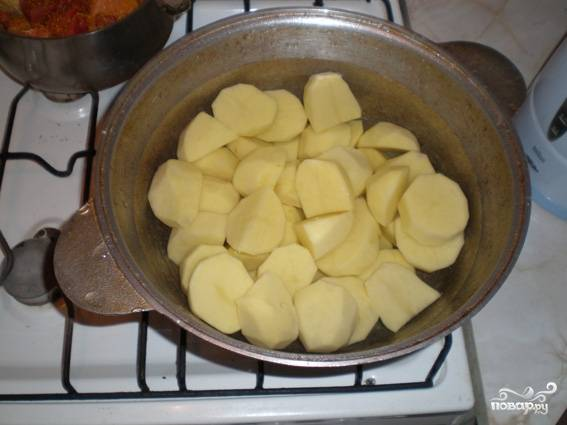 2. Картофель для этого блюда нужно резать крупно (если клубни среднего размера, то пополам). Я обычно нарезаю 3/4 казана и вымеряю, чтобы потом лишней не оставалось.