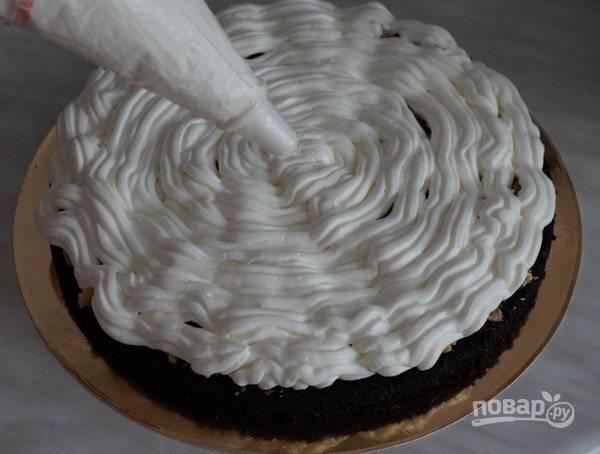 12. С кремом все тоже просто и быстро. Взбейте сливки с сахарной пудрой и крахмалом до плотных пиков. Выложите крем на тортик.