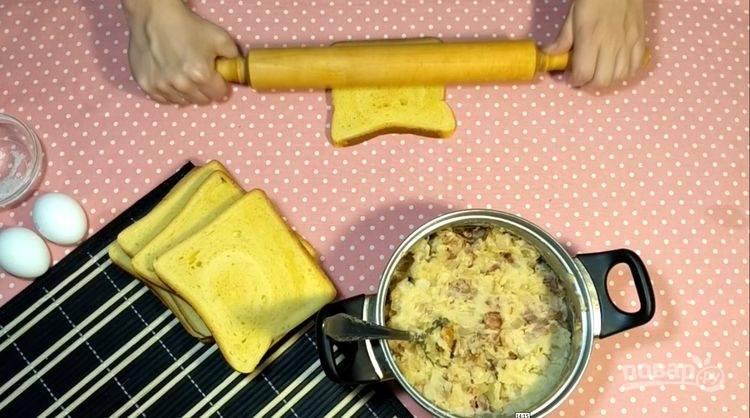 4.Каждый ломтик хлеба раскатайте немного скалкой.