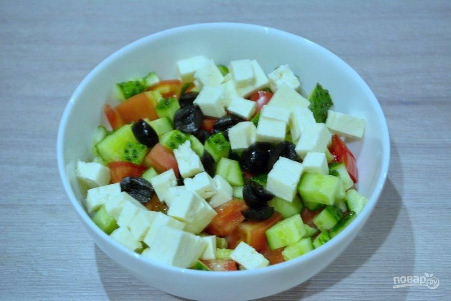 Нарезанные овощи сложите в миску. Брынзу можно натереть на терке или нарезать кубиками. Мне было приятнее нарезать кубиком. Сыр добавьте в миску к овощам, также добавьте маслины.