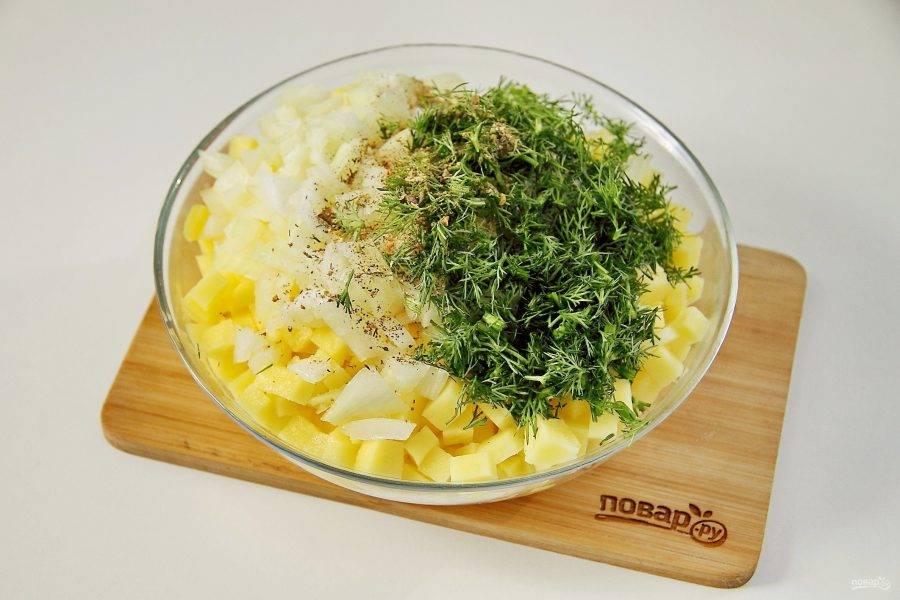 Добавьте нарезанный кубиками лук, измельченную зелень, масло, соль по вкусу и специи.