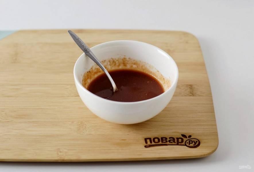 Для соуса смешайте томатный сок с соевым соусом, перцем чили, сахаром, черным перцем, всеми специями и рисовым укусом.