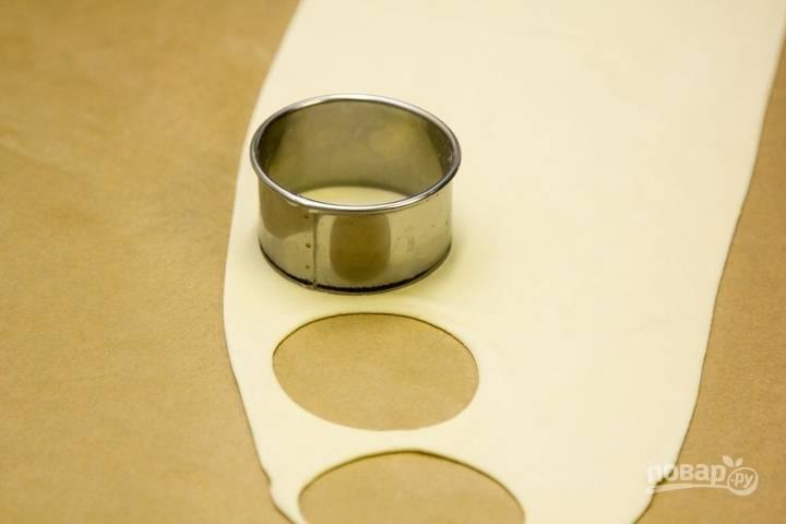 7.С помощью круглой формы вырежьте кружочки.