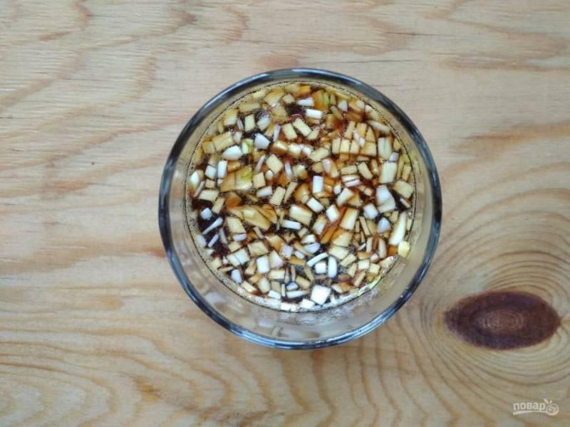 4. Затем перемешайте его с мёдом и соевым соусом.