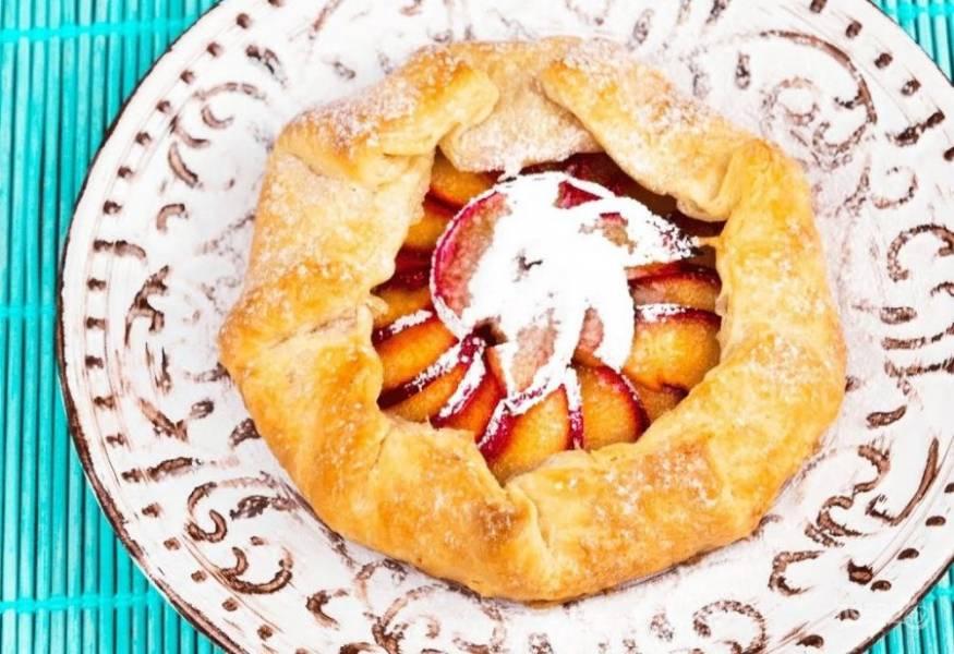6. Смажьте пирог желтком, взбитым с водой, и выпекайте в разогретой до 200 градусов духовке 20-25 минут. Украсьте сахарной пудрой. Приятного аппетита!