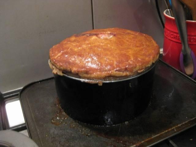 Ставим пирог в разогретую до 180 градусов духовку, выпекаем его 25 минут при 180 градусах и 45 минут при 160 градусах.
