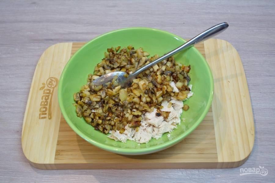 3. Остудите грибы, добавьте их в салатник. Если в сковороде будет много масла, лучше его отжать его и в салат не добавлять.