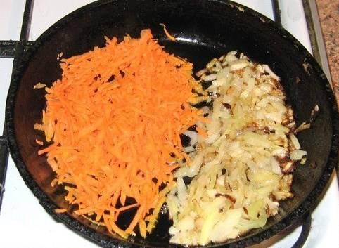 Мелко рубим лук и обжариваем его на сковородке в растительном масле. Затем отодвигаем лук и выкладываем натертую на крупной терке морковь.