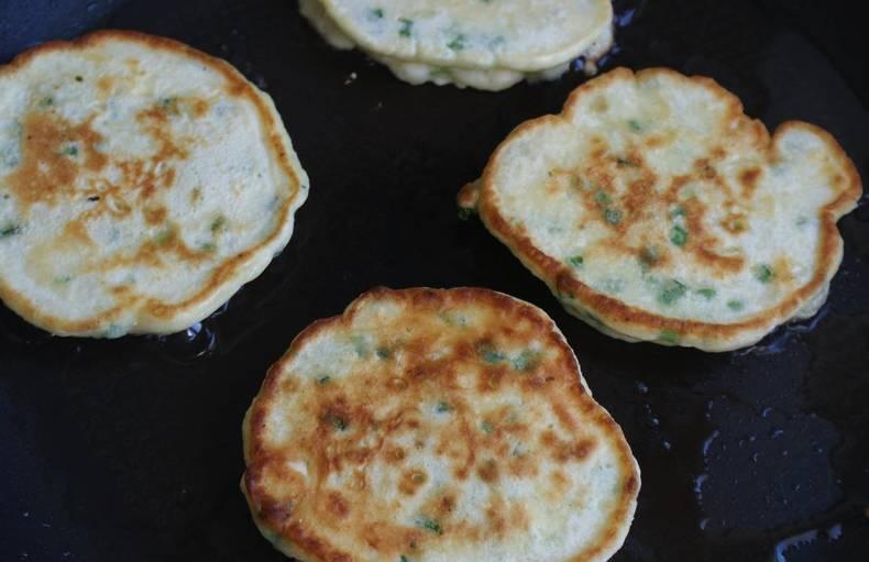 Обжаривайте оладьи по 1 минуте на каждой стороне. По мере необходимости подливайте в сковороду растительное масло. Оладьи подавайте к столу горячими вместе с густой сметаной.