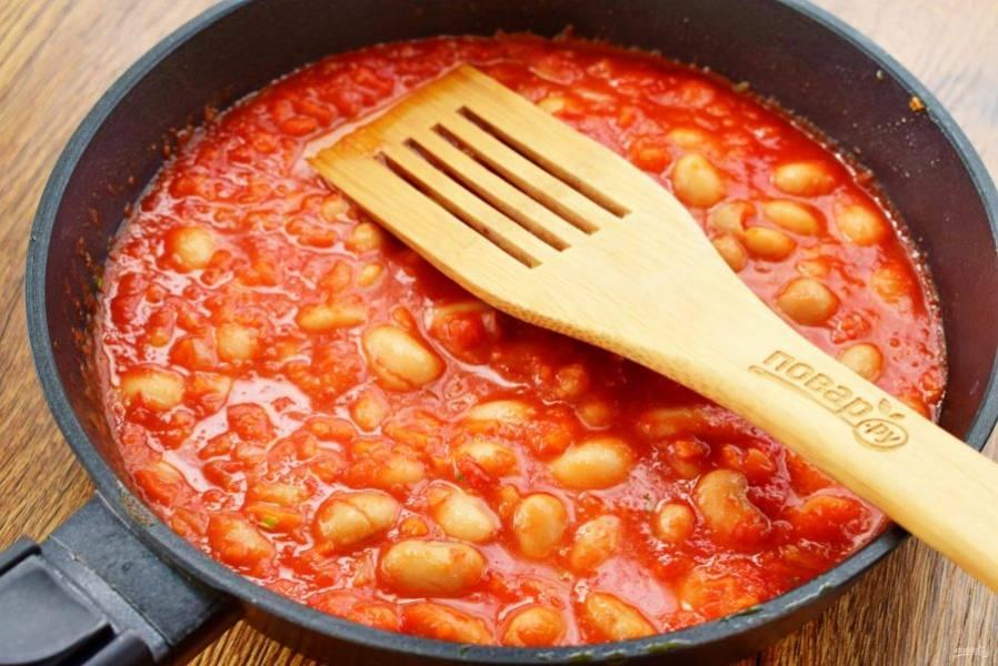 Добавьте отваренную фасоль, перемешайте. Влейте кипяток (500 мл) или меньше, доводя блюдо до желаемой густоты. Прогрейте в течение 10 минут, снимите с огня.