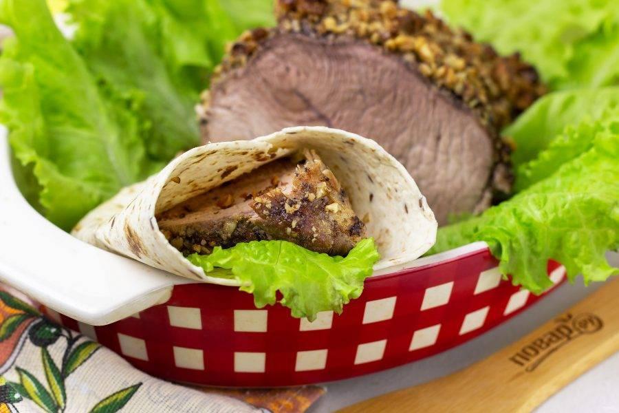 Также вкусно завернуть кусочек мяса с листом салата в лаваш или тортилью. Приятного аппетита!