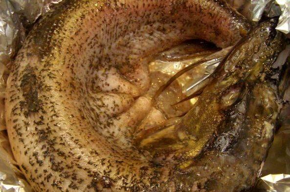 Затем устилаем форму для запекания фольгой и выкладываем в нее щуку. Ставим рыбу в разогретую до 220 градусов духовку на 10 минут.