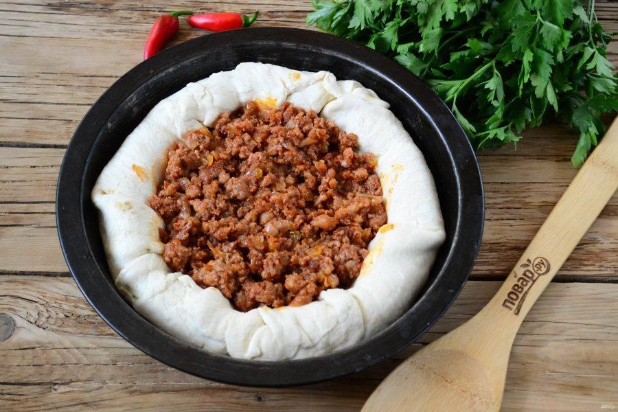 В середину выложите мясной соус чили (его можно купить или приготовить самостоятельно).