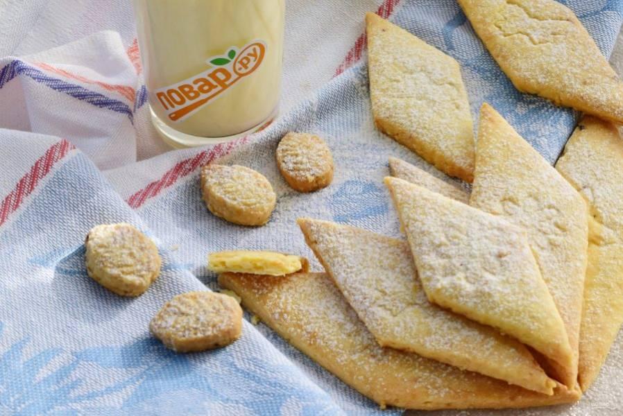 Немного остудите, аккуратно обваляйте  в сахарной пудре, храните в плотно закрытой емкости. Приятного аппетита!
