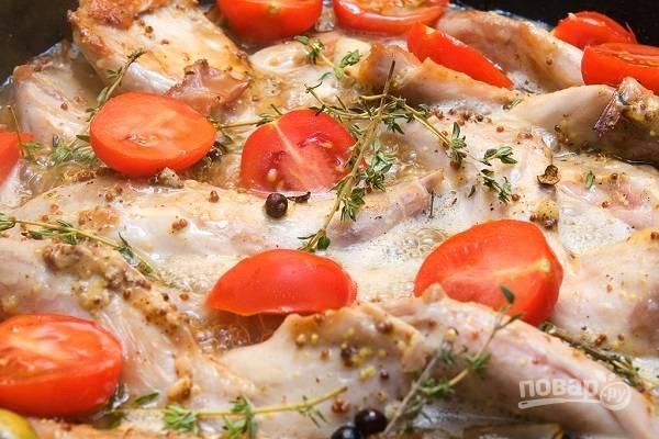 4. Добавьте горчицу, мед, белое вино, нарезанные помидоры.