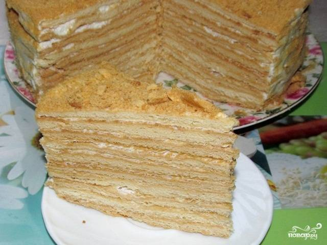 Украсьте торт обрезками от коржей, уберите его в холодильник на 10 часов. Приятной дегустации!