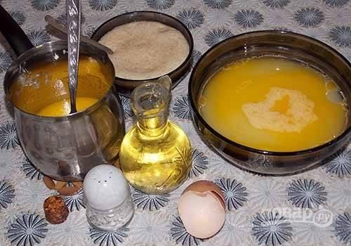 2. Тем временем можно подготовить остальные ингредиенты. В глубокой мисочке взбейте яйцо с солью. Добавьте растопленный маргарин, растительное масло и сыворотку. Все аккуратно перемешайте.