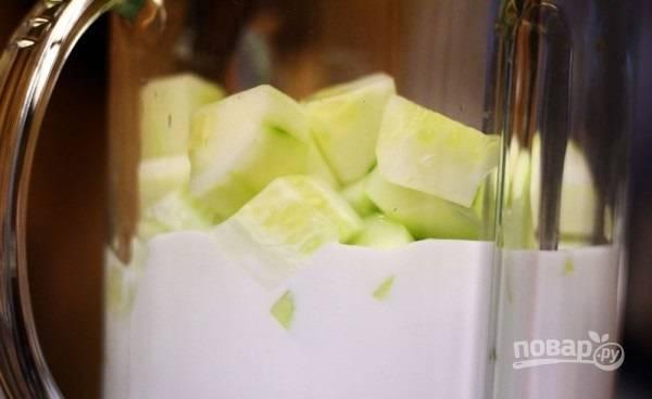 3.Промойте огурцы и переложите их в чашу блендера, залейте греческим йогуртом.