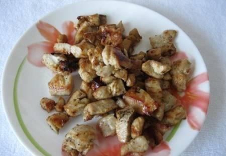 1. Курицу режем небольшими кусочками и обжариваем в растительном масле до румяной корочки.