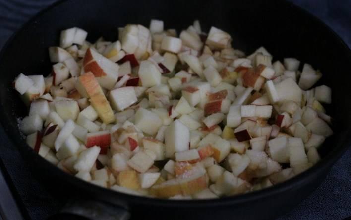 Яблоки очистите от сердцевины и нарежьте маленькими кубиками. Обжарьте на сковороде в сливочном масле с сахаром и лимонным соком. Яблоки должны размягчиться, но не потерять своей формы. Посыпьте молотой корицей.