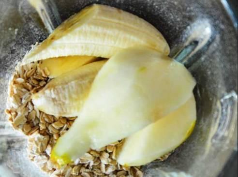 Овсяные хлопья + порезанные и очищенные фрукты помещаем в блендер.