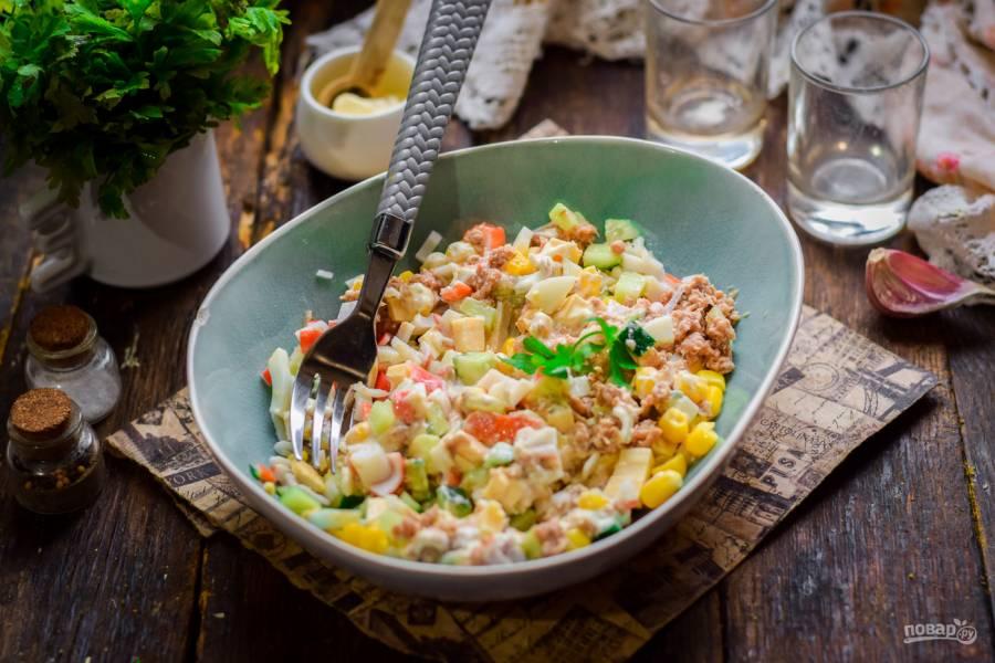 Салат с крабовыми палочками и тунцом