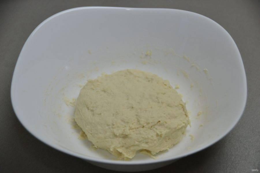 """Замесите тесто руками или с помощью миксера. Наройте пленкой и оставьте для брожения на 1,5-2 часа, в процессе брожения 1-2 раза сделайте обминку теста методом """"растянуть и сложить""""."""