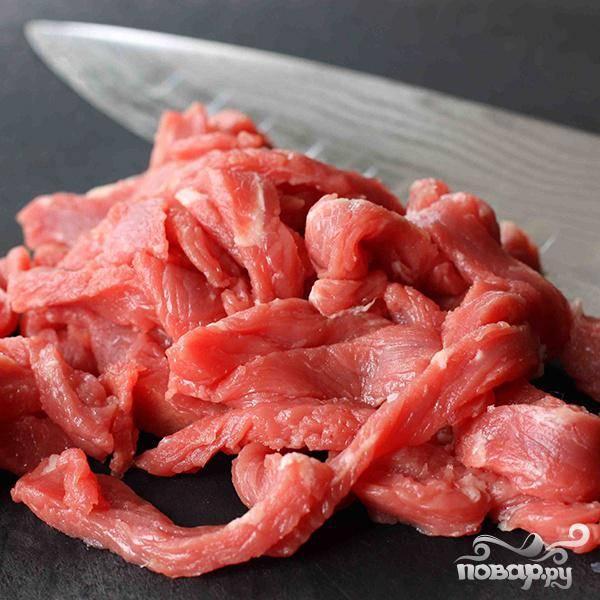 Очень тонко порежьте стейк и добавьте в бульон, готовьте на среднем огне примерно 2 минуты.